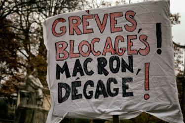 Pancarte: Grèves, blocages, Macron dégage
