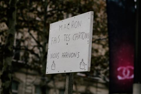 Pancarte: Macron fait tes cartons, on arrive