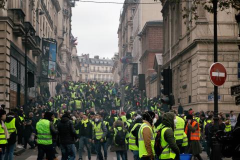 Les manifestants échappent de la répression par une rue latérale