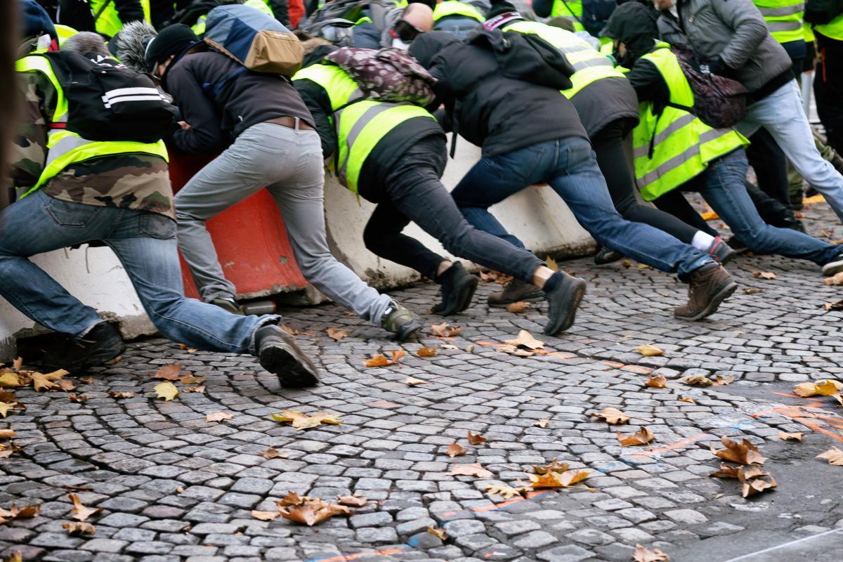 Manifestants essayent de monter une barricade