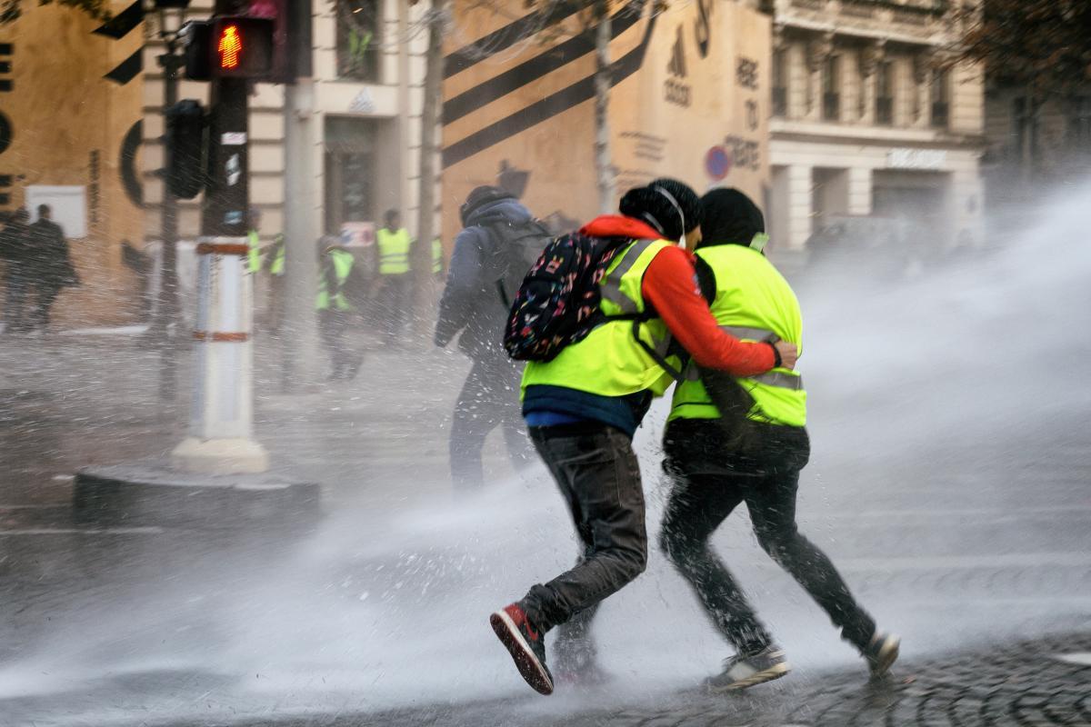 Un couple de Gilets Jaunes réprimé avec un canon à  eau