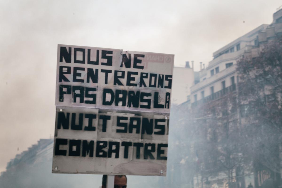 Pancarte: nous ne rentrerons pas dans la nuit sans combattre