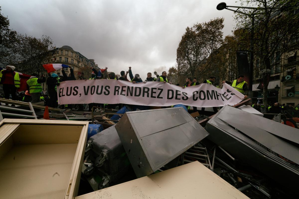 Banderole sur une Barricade: Elus, vous rendrez des comptes